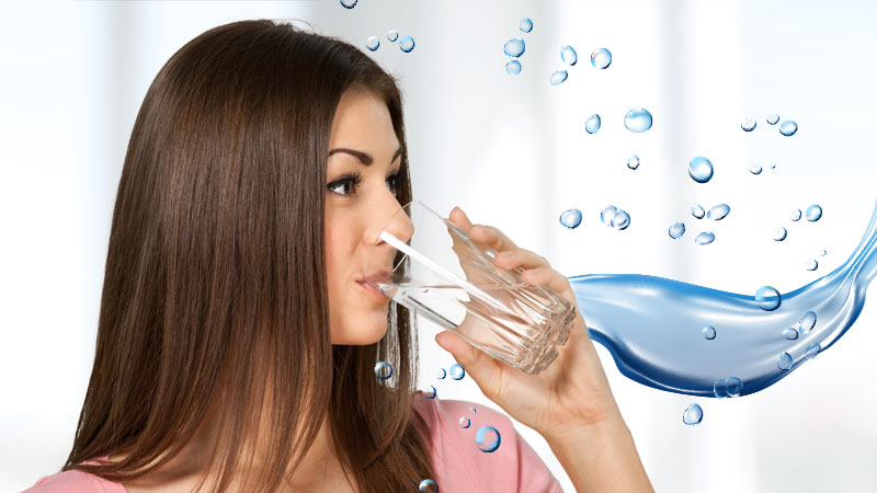 Toma agua pura con un filtro de ósmosis inversa